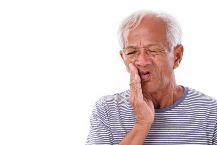 Bị mất răng thì nên làm cầu răng sứ hay cấy Implant?