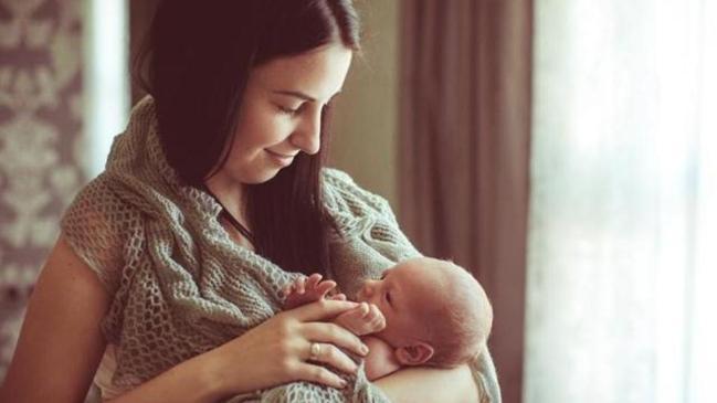 Thực hư nuôi con bằng sữa mẹ có gây sâu răng không?