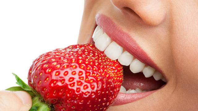 Dâu tây có chứa thành phần axit cao có khả năng làm sạch và trắng răng hiệu quả