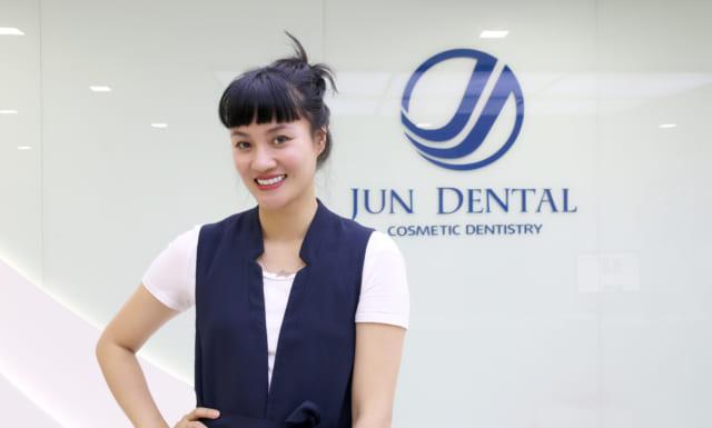 Sau 1 năm làm răng sứ thẩm mỹ bằng công nghệ ĐỘC QUYỀN Minish Laminate tại Jun Dental, chị Lucia Liên vẫn giữ được nụ cười tươi sáng và tự tin.