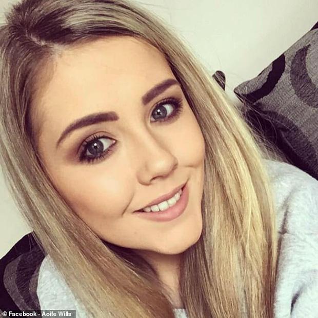 Cô gái trẻ bị tổn thương nướu lợi do tẩy trắng răng